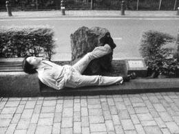 感人先生が足蹴にしているのは、青森金木町の石。太宰入水地点に置かれてます。