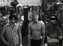 お墓の前で撮った写真に写り込んでいたX氏…… ていうか、ほろほろ先生の格好なに!?