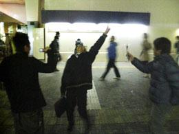 高円寺駅前で「オナニー!」と叫ぶ大学院生。みんな面白がって写真を撮ってます。