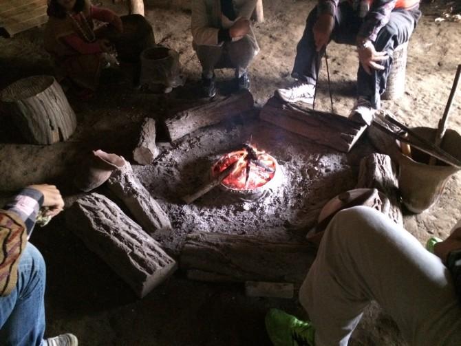 車座になって十人以上座れる炉