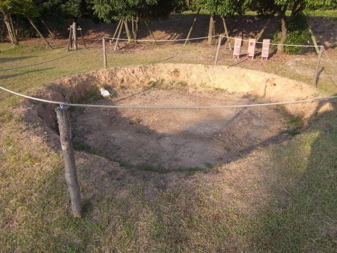 この穴が「竪穴式」の由来である穴。膝ぐらいの高さ。