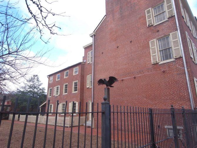 ポーの家の外観。大鴉の銅像がある。